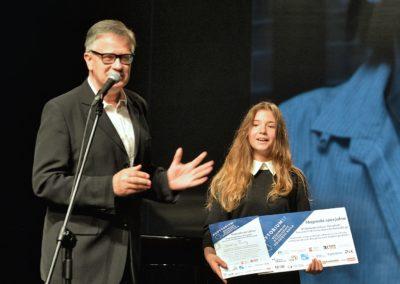 Paweł Paluch z Audytorium 17_wręcza nagrodę Jaśminie Wencie