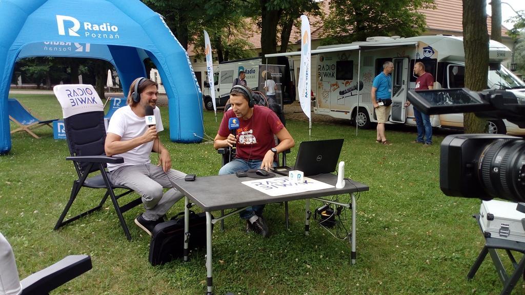 """""""Radio Biwak"""" odwiedziło Wielkopolskę. Radio Poznań z Radiem Rzeszów nadawali z Rogalina!"""